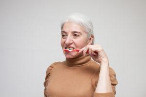 舌全体を嘗め回すようにU字の器具を使用