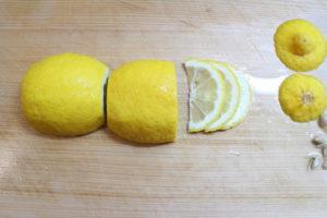 レモンは3~5㎜の厚さに切り、保存容器に入れる