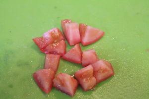 アボカド、トマトを2cm角に切る