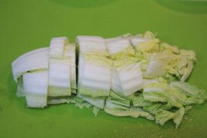 白菜を3cm幅に切る