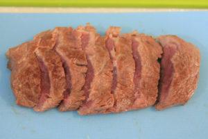 牛肉を食べやすい厚さにスライスする