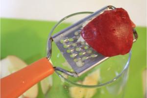 りんご、にんにくをすりおろす